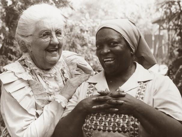 """Dona Benta (à esquerda) e Tia Nastácia (à direita) personagens de Monteiro Lobato. No livro """"Caçadas de Pedrinho"""", Lobato chega a chamar Tia Nastácia de """"macaca de carvão""""."""
